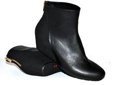 Bei dieser eleganten Stiefelette liegt der Eye-catcher-Effekt (der Hingucker-Effekt) in der Kontrastverarbeitung von Micronappa und Microsuede, in dem versteckten Keilabsatz, im goldglitzernden rückwärtigen Zipper und dem abgeschrägten Schaft. Schick zu L   NOAH - Italian Vegan Shoes   Online-Shop