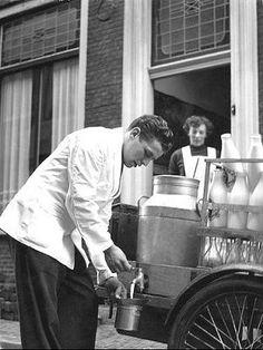 De melk werd vanuit de melkbus zo met een tapkraantje of pollepel in de melkkoker gegoten en dan moest de melk op het gasfornuis koken. Er dan natuurlijk bij blijven want anders kookte de melk over en dan zwaaide er wat.