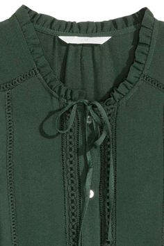 Blusa sin mangas: Blusa sin mangas en tejido con ligero crepé. Modelo con botones anacarados y ribetes de encaje delante, y cuello con volante y tiras de atar.