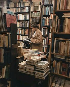 fotos Girl in a library Book Aesthetic, Aesthetic Pictures, Aesthetic Girl, Autumn Aesthetic, Aesthetic Beauty, Aesthetic Black, Aesthetic Vintage, Photographie Portrait Inspiration, Book Photography