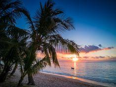 Dinarobin Beachcomber Golf & Spa Resort – ein kleines Fleckchen Paradies auf Mauritius  #Mauritius #Dinarobin #beach Mauritius, Strand Resort, Golfer, Beautiful Sites, White Sand Beach, Vacation, Sunset, Pictures, Outdoor