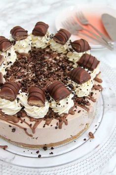 A Buttery Biscuit Base, Kinder Chocolate & Kinder Bueno Filling, Whipped Cream, Melted Chocolate, and even more Kinder Bueno! The PERFECT No-Bake Kinder Bueno Cheesecake! Cheesecake Mix, Chocolate Cheesecake, Cheesecake Recipes, Dessert Recipes, Ferrero Rocher Cheesecake, Chocolate Desserts, Yummy Treats, Delicious Desserts, Sweet Treats