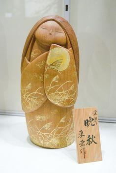 Kokeshi with a kimono worked with gold grain and the moon