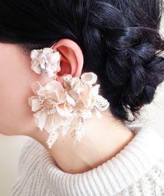 紅茶で染めたコットンレースや薄く透けるボイル生地を組み合わせてイヤーフックを作りました。大きなノバラの花にちいさな葉っぱの付いた枝を束ね、くさり編みのコードや... ハンドメイド、手作り、手仕事品の通販・販売・購入ならCreema。 Diy Flowers, Fabric Flowers, Diy Jewelry, Jewelry Making, Hair Arrange, Wedding Gloves, Flower Corsage, Creema, Wedding Hairstyles