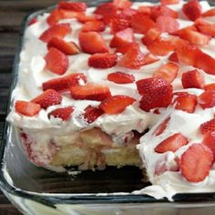 No Bake Strawberry Banana Pudding Twinkies Cake Ingredients : 10 Twinkies®, individually wrapped 4 cups whipped cream 2 cups st. Twinkie Desserts, Twinkie Cake, Köstliche Desserts, Delicious Desserts, Pudding Desserts, Twinkie Pie Recipe, Hostess Twinkies, Summer Desserts, Holiday Desserts