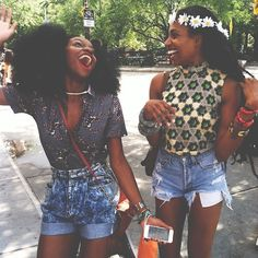 Pinterest: lalarere Example of festival fashion and connection between friends, fashion, and music