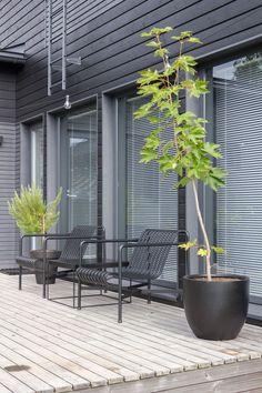 Gloria – Blogit | Pieni talo Helsingissä – Tavallista arkisempi äitienpäivä Outdoor Garden Furniture, Outdoor Chairs, Indoor Outdoor, Outdoor Living, Outdoor Decor, Outdoor Landscaping, Outdoor Gardens, Low Maintenance Garden, Terrace Garden