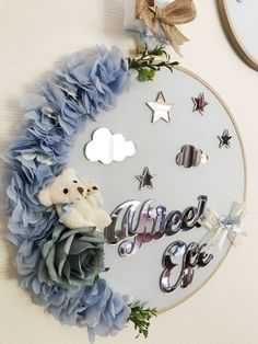 Kapı Süsü Name Decorations, Flower Decorations, Baby Crafts, Diy And Crafts, Baby Hangers, Embroidery Hoop Crafts, Baby Room Diy, Baby Name Signs, Baby Zimmer