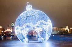 В городе появился огромный елочный шар Москва 2014 Манежная площадь