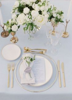 love the look of gold place setting and white linens. Too many white flowers . N: love the look of gold place setting and white linens. Too many white flowers . - -N: love the look of gold place setting and white linens. Too many white flowers . Chic Wedding, Elegant Wedding, Floral Wedding, Wedding Flowers, Rustic Wedding, Burgundy Wedding, Wedding Table Ideas Elegant, Trendy Wedding, Gold Wedding