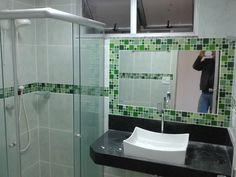 Moldura de espelho com faixa para banheiro em pastilhas de vidro