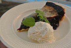 I juli og august bugner det i skogen av søte blåbær, så hvorfor ikke benytte anledningen til å lage en deilig pai av de sunne smaksbombene? Et tynt og mørt paiskall med fyldig vaniljekrem og friskt…