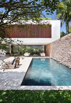 Un canal de nado pegado a 1 muro, una terraza abierta de dos lados y sobre ella construcción, acceso del lado izquierdo.