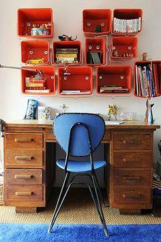 Depois de pintar as paredes da casa, dê um novo uso à lata de tinta. A moradora desta casa em Marselha, na França, aproveitou as que sobraram para fazer prateleiras, parafusando-as à parede. As latas tiveram a alça mantida e, embora todas sejam da mesma cor, possuem tamanhos diferentes.