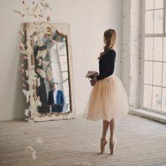 En trist pige ser i et spejl, og kigger på en smilende og glad pige Ballet Inspired Fashion, Ballet Fashion, Dance Photos, Dance Pictures, Ballet Wedding, Ballet Studio, Ballet Poses, Ballet Photography, Tiny Dancer
