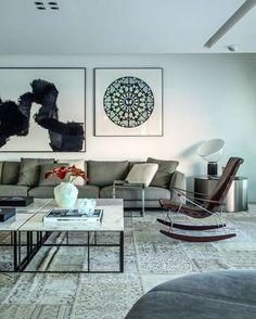 No ambiente de Gisele Taranto, o tapete de patchwork (Casa Julio) desenha o piso e combina com o sofá Ray e com a charmosa poltrona de balanço J.J, , ambos da grife italiana B&B Italia. As cores suaves tornam o espaço aconchegante e tranquilo. Lindo, não? #revistacasaclaudia #decoração #decor #decoration #arquitetura #architecture #patchwork #tapete #poltrona #chair #rockinchair #cadeiradebalanço #grey #aconchego #cinza #suavidade #sala #livingroom #sofá #couch #quadros #segundafeira