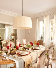 10 charming holiday dining table set up idea lovely and nice that will make all the family member feel joyful and also happy. Christmas Table Settings, Christmas Tablescapes, Christmas Table Decorations, The White Company, Beautiful Dining Rooms, Table Set Up, Farmhouse Christmas Decor, Living Furniture, Zara Home