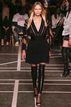Llama la atención los cambios de textura , transparencias y el lazo como un intermediario . también el uso de figuras geometricas y telas nude para acentuar figura en el cuerpo.   Givenchy-Spring-2015-PFW-Sheer-Laced-Detailing-Dress-Glamazonsblog