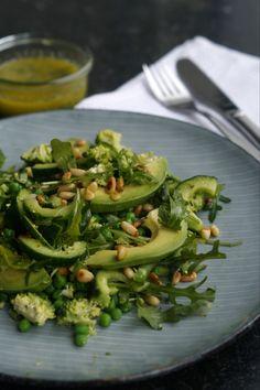 Grøn salat med basilikumsolie - Julie Bruun Perfekt tilbehør til bøffen