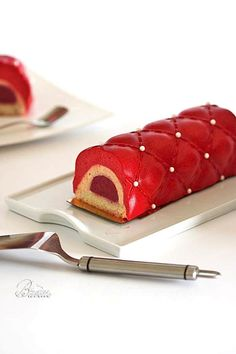 Bûche de Noël con mousse de frutas Mousse Fruit, Mousse Cake, Pastry Art, Sweets Cake, Baking And Pastry, Recipe For 4, Christmas Desserts, Plated Desserts, Let Them Eat Cake