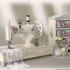 Sewing studio vintage shabby chic 40 New ideas Shabby Chic Crafts, Shabby Chic Homes, Shabby Chic Style, Shabby Chic Decor, Chabby Chic, Shabby Vintage, Vintage Table, Manualidades Shabby Chic, Casas Shabby Chic