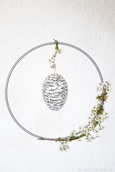 DIY Easter decoration: Decoupage Easter egg in a decorated flower ring - This Easter DIY is a wonderful idea for the front door or as a lamp decoration over the dining tabl - Easter Art, Easter Eggs, Diy Osterschmuck, Decoupage, Easter Games, Floral Hoops, Bride Flowers, Diy Easter Decorations, Easter Printables