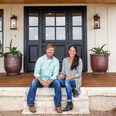 the Fixer Upper Look: 43 Ways to Steal Joanna's style A front door doesn't have to be a bold hue to make a statement. To copy the Fixer Upper look, opt for a dark neutral hue or a natural wood version that hints to the modern-rustic details inside. Fixer Upper Hgtv, Fixer Upper House, Gaines Fixer Upper, Fixer Upper Kitchen, Chip E Joanna Gaines, Chip Gaines, Jo Gaines, Joanna Gaines House, Magnolia Joanna Gaines