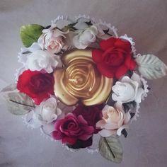cestino in  chiacchierino, utilizzato come portacandela, decorato con roselline.