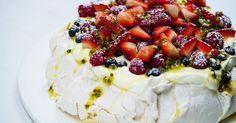 Impress your friends and family this Australia Day with this show-stopper Pavlova. Best Christmas Recipes, Christmas Food Gifts, Christmas Dishes, Christmas Desserts, Köstliche Desserts, Delicious Desserts, Dessert Recipes, Honey Glazed Ham, Salted Caramel Fudge