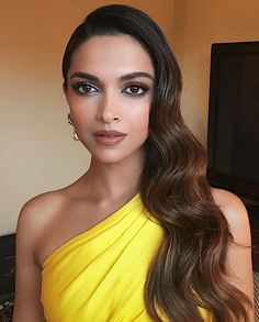 Miss Sunshine! Deepika Padukone slays in yellow at Instyle Golden Globes party Camilla Belle, Greasy Hair Hairstyles, Cool Hairstyles, Bollywood Celebrities, Bollywood Actress, Deepika Padukone Makeup, Deepika Padukone 2017, Deepika Padukone Hairstyles, Dipika Padukone