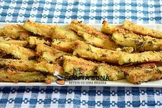 Baked Parmesan Zucchini Sticks (a simple and delicious recipe) Romanian Food, Baby Food Recipes, Food Videos, Parmezan, Food And Drink, Cooking, Ethnic Recipes, Zucchini Sticks, Jamie Oliver