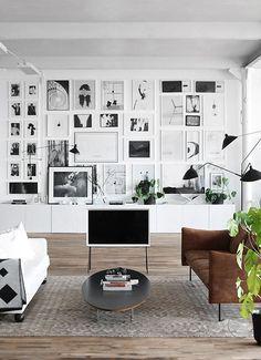 Mur de cadres, façon galerie d'art à la maison.