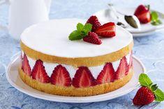 Ciasto biszkoptowe z truskawkami to ciekawa propozycja na ostatnią chwilę, gdy nie mamy zbyt wiele czasu i jednocześnie nie chcemy serwować gościom ciastek kupionych w sklepie. Ciasto biszkoptowe z truskawkami i galaretką nie wymaga też dużych umiejętności kulinarnych. Przepis poniżej. Fraisier Recipe, Carousel Cake, White Chocolate Strawberries, Quick Healthy Snacks, Strawberry Cakes, Strawberry Shortcake, Food Cakes, Sweet Desserts, Cakes And More