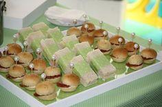 Sanduiches de presunto com queijo e salame com cream cheese       Vista geral da mesa          Muffin de maça com canela e cenoura co...