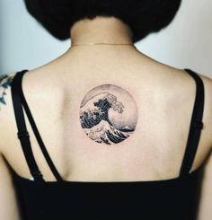 Hokusai's 'The great wave off Kanagawa' circle tattoo on the upper back. Tattoo Artist: Nando