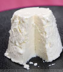 How to Make Ricotta Cheese - using cream, milk, salt and lemon juice. This is a quick and easy way to make fresh ricotta - via Las Vegas Food Adventures Homemade Cheese, Homemade Butter, How To Make Cheese, Food To Make, Making Cheese, Home Made Ricotta Cheese, No Dairy Recipes, Cooking Recipes, Las Vegas Food