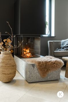 A wood-burning fireplace without compromises on quality Interior Stylist, Mantel, Living Room, Wood, Projects, House, Decoration, Home Decor, Log Projects