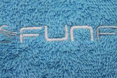 Algunos ejemplos de toallas de algodón bordadas con diferentes logos de clientes. Bath Mat, Rugs, Home Decor, Farmhouse Rugs, Decoration Home, Room Decor, Home Interior Design, Bathrooms, Rug
