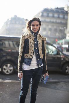 Declinación parisina de una chaqueta torera Fotos de street style en Paris Fashion Week