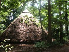 21世紀の森(縄文の森の中の竪穴式住居)  火の焚かれた住居の中に入ることもできるし、貴重な体験ができる場所です♪ BYマイマイ  by koima0104
