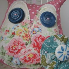 This pretty Owl lavender bag would be perfect for hanging on a door knob or from your bedstead.He is aprox wide and tall and has two vintage button eyes.Made from polka dot cotton,scrap vintage and Cath Kidston fabric. Owl Fabric, Fabric Crafts, Sewing Crafts, Sewing Projects, Lavender Crafts, Lavender Bags, Vintage Owl, Vintage Sewing, Vintage Linen