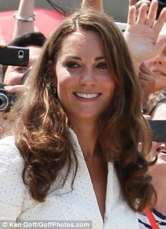 Even a Duchess is not immune to an attack of the frizz: On the second day of the Duke and Duchess of Cambridge's tour Kate's normally faultless blow dry appeared to be feeling the heat Duchess Kate, Duke And Duchess, Duchess Of Cambridge, Wedding Dj, Wedding Tips, Perfect Wedding, Princess Kate Middleton, Kate Middleton Photos, Wedding Gowns Online