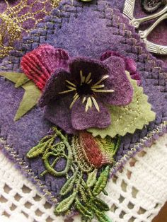 pansy - link doesn't work but pic is nice Felt Embroidery, Felt Applique, Felted Wool Crafts, Felt Crafts, Felt Flowers, Fabric Flowers, Textiles, Wool Art, Penny Rugs
