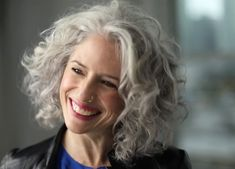 love the grey and curls - Weißes Haar Grey Curly Hair, Short Curly Hair, Curly Hair Styles, Thin Hair, Wavy Hair, Haircut For Older Women, Bob Haircuts For Women, Trendy Haircuts, Silver White Hair