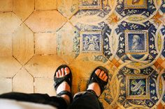 Worn tiles - Chateau Chenonceau - France That's wat happened with most of the majolica floortiles from Renaissancetime.