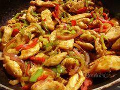 Jednoduchá rýchlovka z kuracích pŕs. Pikantné kuracie soté sa hodí zvlášť v letných mesiacoch, kedy sa nám nechce tráviť čas v kuchyni dlhým vyváraním. Kuracie mäso je krehké a šťavnaté, nasiaknuté chuťami použitej čerstvej zeleniny. Podávame ho s ryžou, Slovak Recipes, Meat Recipes, Chicken Recipes, Cooking Recipes, Healthy Recipes, Good Food, Yummy Food, Breakfast Recipes, Food Porn