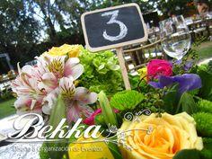 Centro de mesa para boda Vintage con paleta de colores amarillo, morado, rosa y verde. Numero de mesa en pizarra. Vintage wedding center pieces. Vintage decor. Flowers. Wedding Palet: Yellow, purple, pink, green. Chalkboard on the stick.