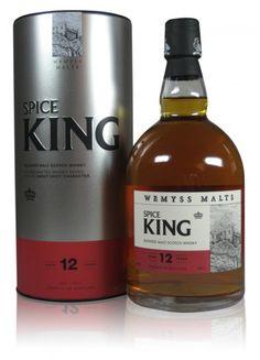 Die Abfüllungen von Wemyss verraten nicht die Destillerien, aus denen die Malts stammen oder die Bestandteil ihrer Blends sind. Für Wemyss ist es wichtiger, daß der Name der Abfüllung einen Hinweis auf den Geschmack gibt. Im Spice King sind Whiskys vereint, die allesamt herrlich würzige Noten haben. So erwartet einen hier ein wahrer Kräutergarten, im Hintergrund leichte Eichentöne.