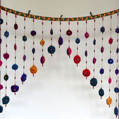 Guirlande/rideau de porte multi fleurs garnies ouatines  à suspendre, en tissu ,  et perles de bois