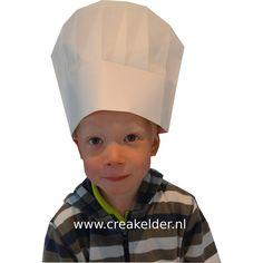 Met stiften en stickers is deze papieren koksmuts zelf te versieren. Deze kinder koksmuts is verstelbaar en past zowel kinderen als volwassenen. www.creakelder.nl